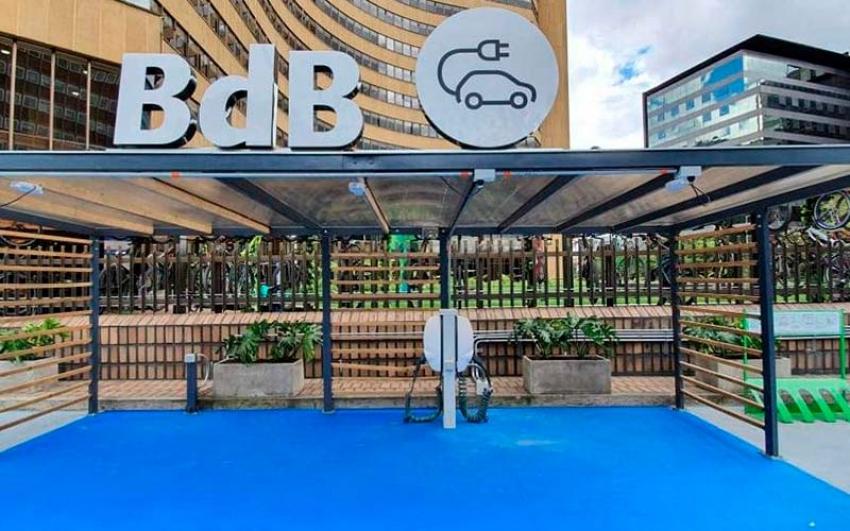 Banco de Bogotá puso a disposición del público: Estación gratuita de carga para carros eléctricos