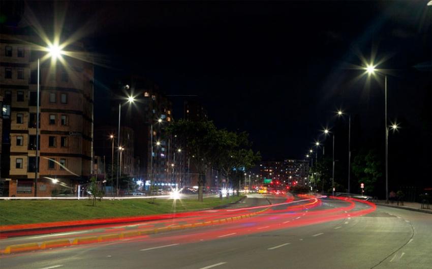 Alcaldía Peñalosa entregó 80.000 luminarias LED que modernizan el alumbrado público de Bogotá.