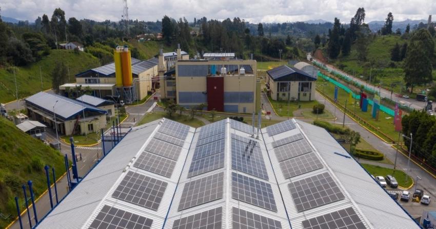 En Colombia, compañía de pinturas inaugura paneles solares en su planta de Rionegro
